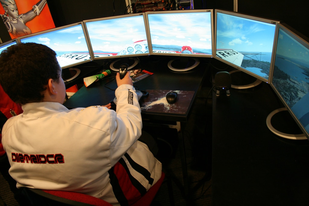 Multi-monitor flight simulator